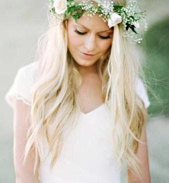 Description. Couronne de fleurs sur cheveux lâchés