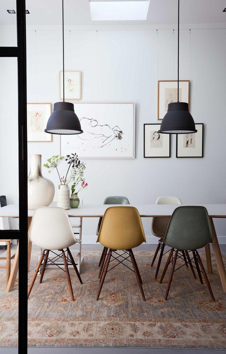 salle manger otro cl sico del mobiliario sillas eames de distintos colores en el interioris. Black Bedroom Furniture Sets. Home Design Ideas