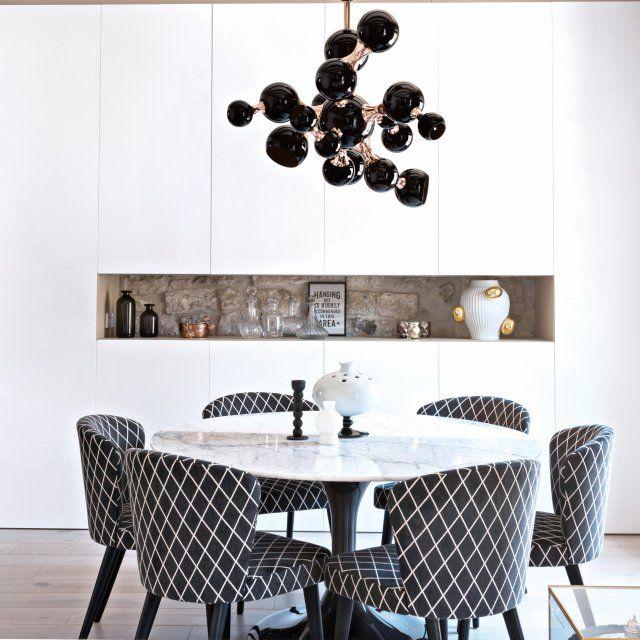 salle manger une salle manger de marbre blanc et d 39 or noir dans le coin salon les pl. Black Bedroom Furniture Sets. Home Design Ideas