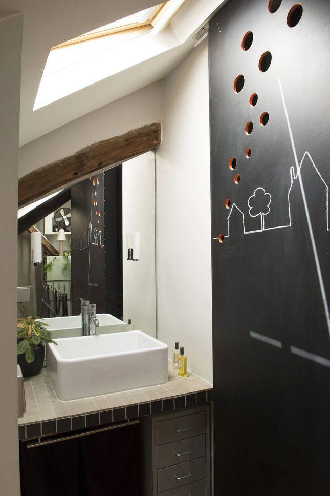 id e d coration salle de bain des cloisons ardoise pour une petite salle de bains sous les. Black Bedroom Furniture Sets. Home Design Ideas