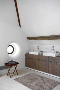 petit hublot pour cette salle de bains blanc et bois. Black Bedroom Furniture Sets. Home Design Ideas