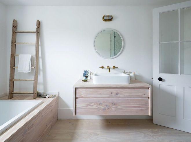 Idée décoration Salle de bain - salle de bain épurée blanche bois ...