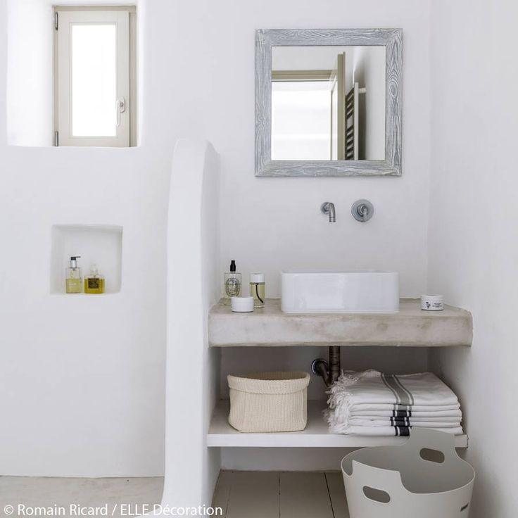 Id e d coration salle de bain salle de bains aux teintes p les la maison de vacances dont on for Elle deco salle de bain