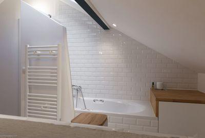 Idée décoration Salle de bain - Une chambre avec salle de bains sous ...