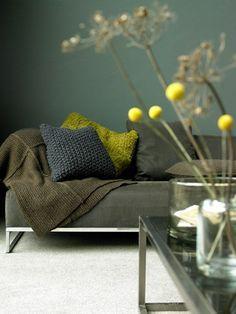 d co salon peinture acrylique murale de couleur vert fonc dans le salon avec tapis beige. Black Bedroom Furniture Sets. Home Design Ideas