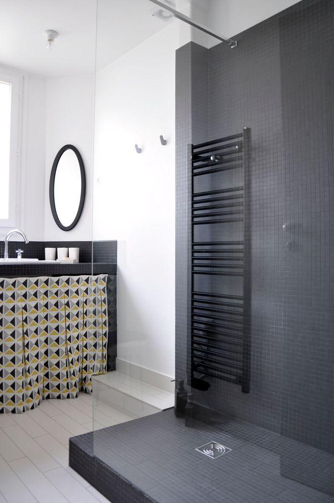 id e d coration salle de bain une salle de bains pur e en noir et blanc. Black Bedroom Furniture Sets. Home Design Ideas