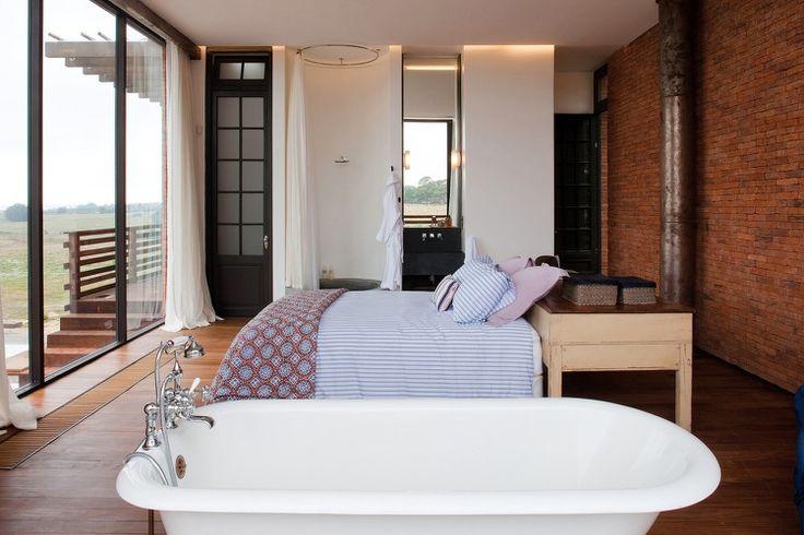 chambre à coucher avec baignoire, salle de bains attenante, parquet ...
