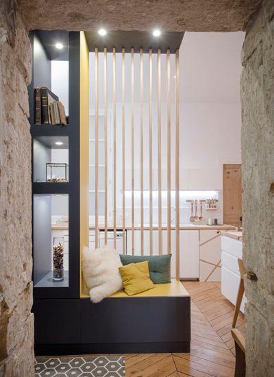 salle manger une petite entr e tr s design avec meuble biblioth que et banc d 39 un style. Black Bedroom Furniture Sets. Home Design Ideas