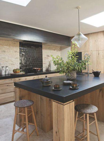 Idée relooking cuisine - Cuisine noire et bois - mur en pierres et ...