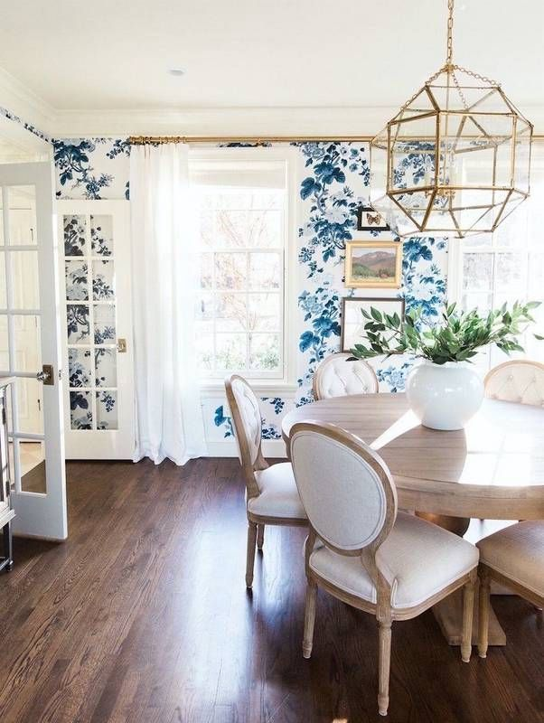 Salle manger classic white and blue floral wallpaper for Salle a manger tendance 2017