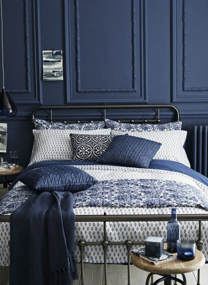 d co salon chambre coucher design retro chic en couleur bleu fonc lit en fer forg. Black Bedroom Furniture Sets. Home Design Ideas