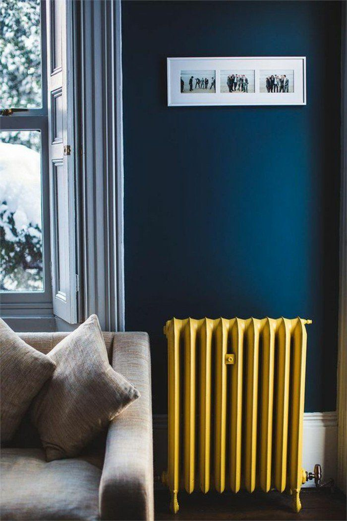 Déco Salon - radiateur couleur jaune moutarde sur un fond du bleu ...