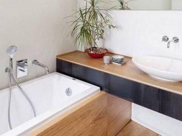 id e d coration salle de bain un carrelage de salle de bains en bleu clair et deux vasques. Black Bedroom Furniture Sets. Home Design Ideas
