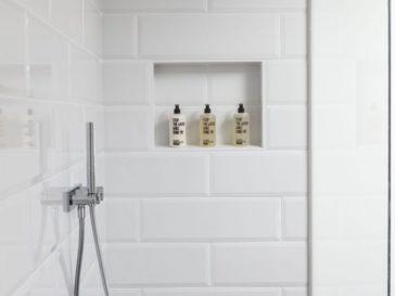Id e d coration salle de bain carrelage sol et mur blanc for Salle de bain in french