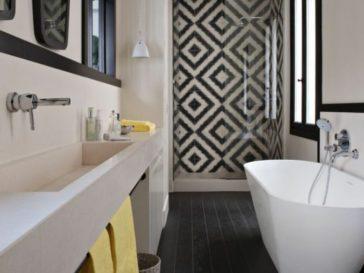 id e d coration salle de bain carrelage m tro et carreaux de ciment se subliment dans les. Black Bedroom Furniture Sets. Home Design Ideas
