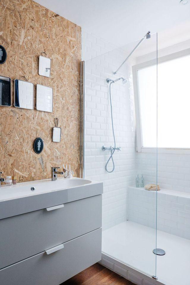 id e d coration salle de bain douche spacieuse carrelage m tro blanc et panneau de bois osb. Black Bedroom Furniture Sets. Home Design Ideas