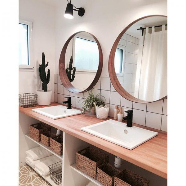 id e d coration salle de bain salle de bain au style scandinave avec 2 grands miroirs en rond. Black Bedroom Furniture Sets. Home Design Ideas