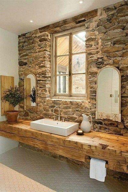 Idée décoration Salle de bain - salle de bain rustique, murs en ...
