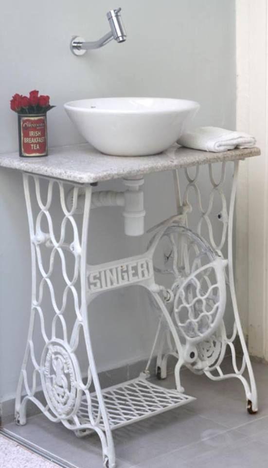 id e d coration salle de bain un meuble salle de bains pas cher cr e par une machine coudre. Black Bedroom Furniture Sets. Home Design Ideas