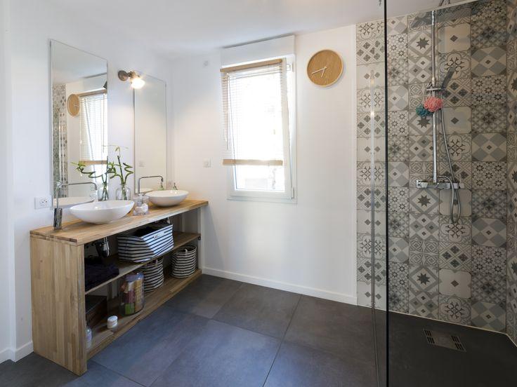 id e d coration salle de bain une salle de bains pour les parents avec une douche l. Black Bedroom Furniture Sets. Home Design Ideas