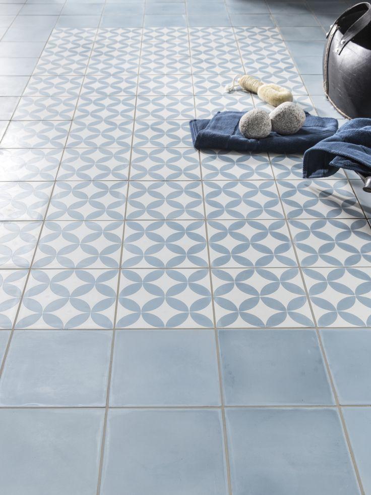 Idée décoration Salle de bain - Carreau de ciment sol et mur bleu et ...
