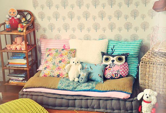 relooking et d coration 2017 2018 banquette grise et coussins pour habiller une chambre. Black Bedroom Furniture Sets. Home Design Ideas