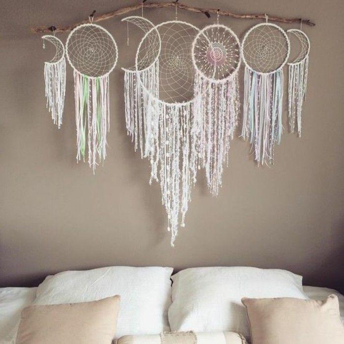 une belle composition de plusieurs attrape reves accorch s au dessus d 39 un. Black Bedroom Furniture Sets. Home Design Ideas