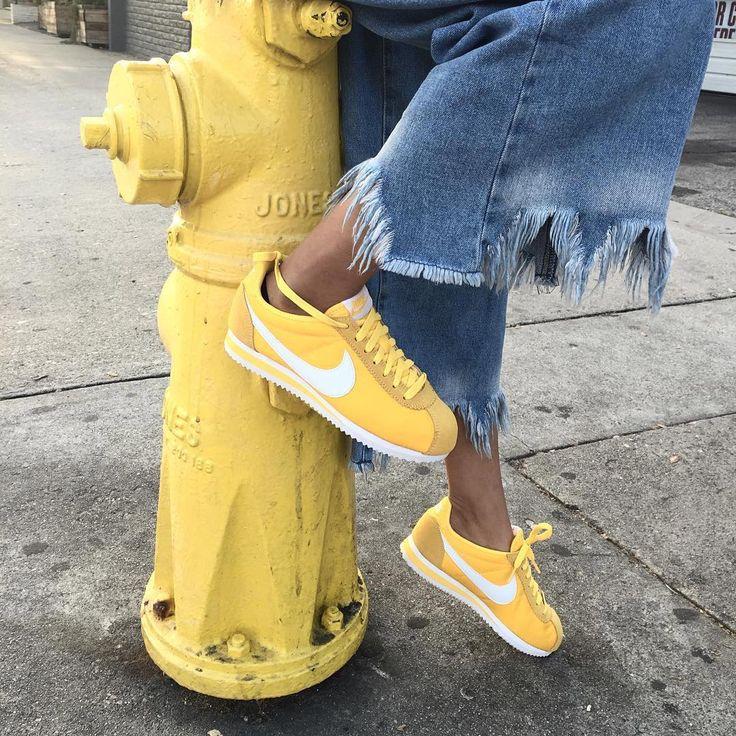 watch ab95a 65fe7 Tendance Basket 2017 - Sneakers femme - Nike Cortez jaunes ©