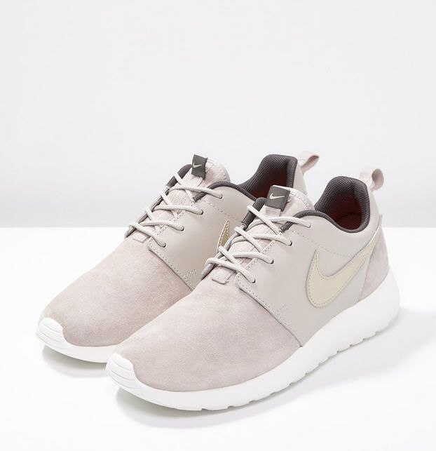 tendance chaussures 2017 nike sportswear roshe one premium baskets basses string metallic gold. Black Bedroom Furniture Sets. Home Design Ideas