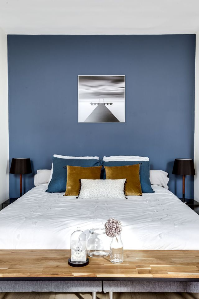 d co salon avec son mur bleu profond la chambre impose son caract re. Black Bedroom Furniture Sets. Home Design Ideas