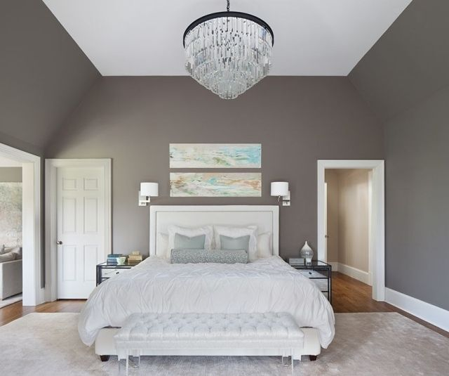 Déco Salon - chambre adulte avec murs taupe, lit et tapis blancs ...