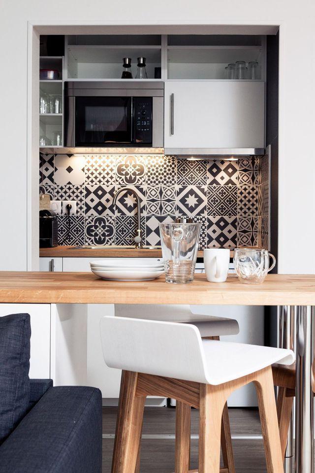 d co salon la petite cuisine de l 39 appartement est aussi. Black Bedroom Furniture Sets. Home Design Ideas