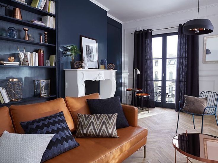 d co salon le bleu marine se marie merveille avec le canap en cuir marron listspirit. Black Bedroom Furniture Sets. Home Design Ideas