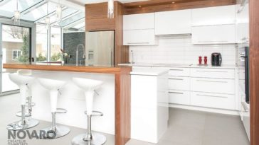 Id e relooking cuisine cuisine bois et blanc plateaux for Armoires cuisine bois