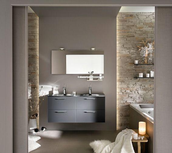 id e d coration salle de bain avec son meuble vasque aux fa ades en verre gris et ses murs. Black Bedroom Furniture Sets. Home Design Ideas
