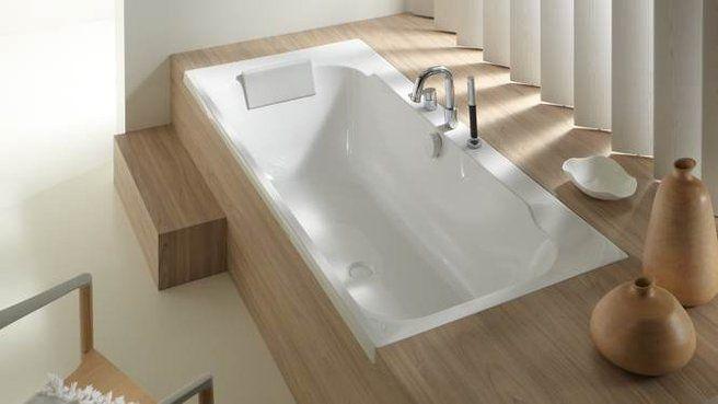 id e d coration salle de bain baignoire bois pour le rebord au fond contre le mur et la. Black Bedroom Furniture Sets. Home Design Ideas
