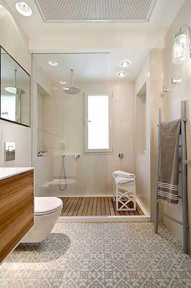 Id e d coration salle de bain carreaux de ciment sur le sol d 39 une salle de bain blanche - Sol tendance 2017 ...