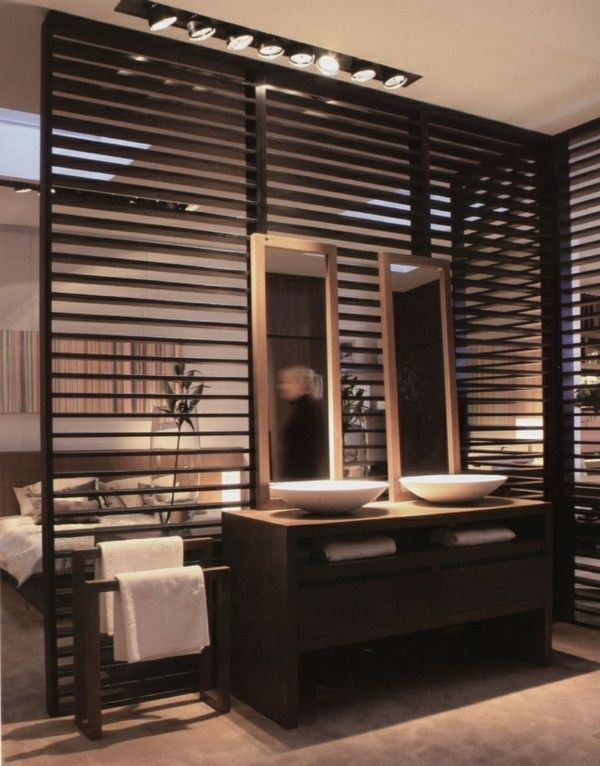 id e d coration salle de bain cloisons en bois de deux l gant miroir dans la salle de bain. Black Bedroom Furniture Sets. Home Design Ideas