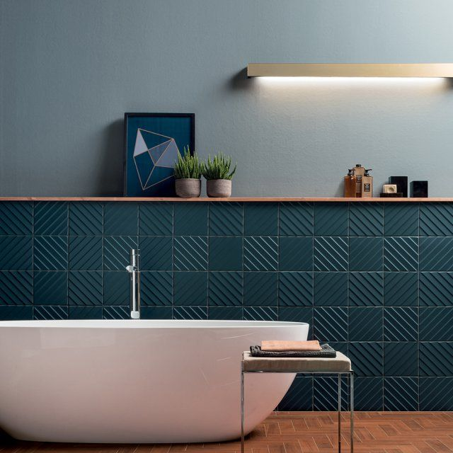 id e d coration salle de bain d un bleu profond les carreaux en c ramique volume hague blue. Black Bedroom Furniture Sets. Home Design Ideas