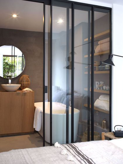 id e d coration salle de bain une salle de bains avec verri re leading. Black Bedroom Furniture Sets. Home Design Ideas