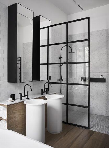 une verri re comme paroi de douche dans une salle de bain chic et luxe on aime listspirit. Black Bedroom Furniture Sets. Home Design Ideas