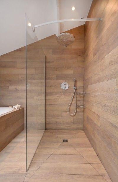 Id e d coration salle de bain douche enti rement recouverte de planche en bois avec s paration - Planche bois deco ...