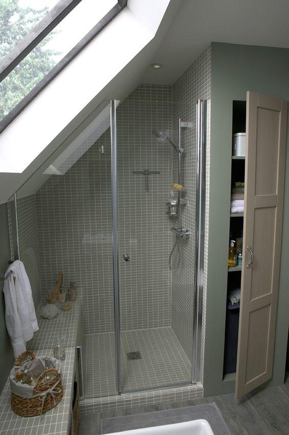 id e d coration salle de bain une salle de bains mini am nag e sous les combles. Black Bedroom Furniture Sets. Home Design Ideas