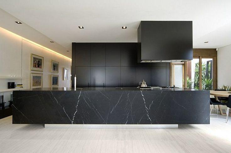 Idée relooking cuisine - modèle de cuisine noire et marbre avec îlot ...