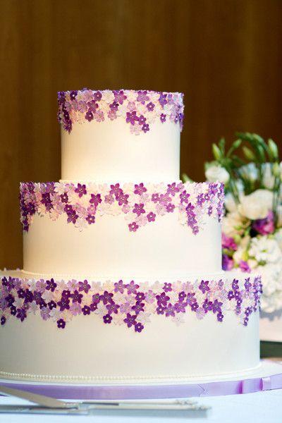 Gateau De Mariage Rond Violet Et Blanc A Trois Niveaux Avec Des