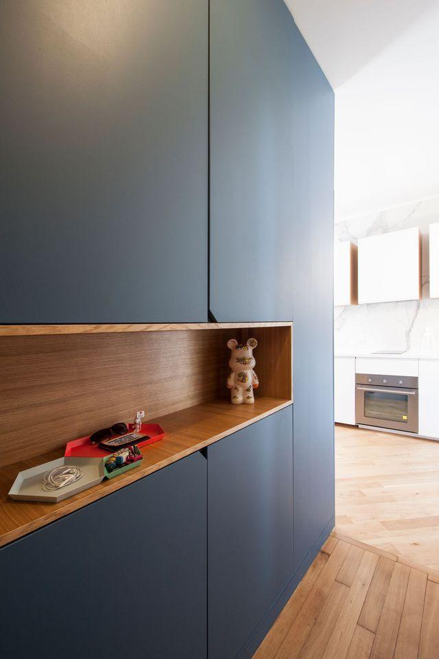 d co salon dans l 39 entr e de ce 37 m2 entre bleu et bois le couloir s 39 offre une ni. Black Bedroom Furniture Sets. Home Design Ideas