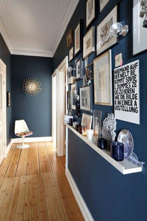 Déco Salon - Mur bleu pétrole pour une entée en couloir avec un mur ...