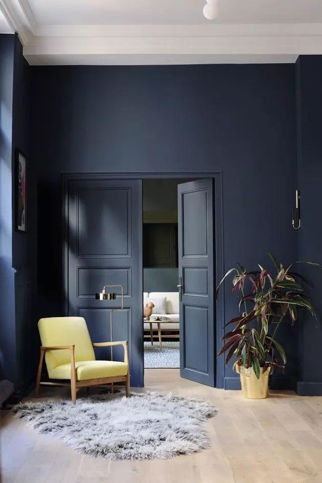 Déco Salon Salon Mur Bleu Marine Fauteuil Retro Jaune