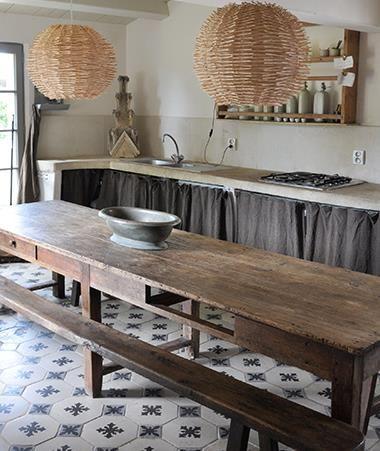 description cuisine avec table rustique en bois