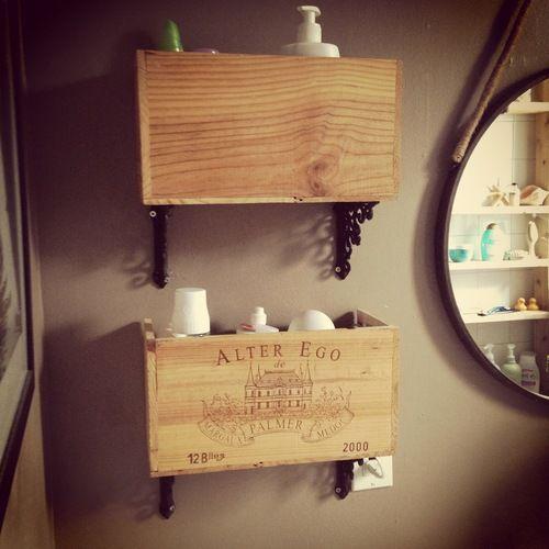 Id e d coration salle de bain tag res de salle de bain faites partir d une boite de - Etagere deco salle de bain ...
